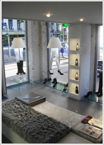 Agencement du magasin de chaussures de luxe Glitter : intérieur de jour