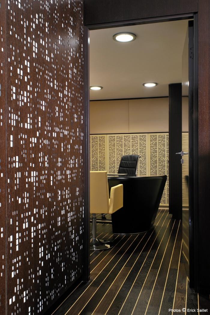 Espace Gestion  Patrimoine : bureaux  autres cloisons ajourées , cuir et sol pont de bateau