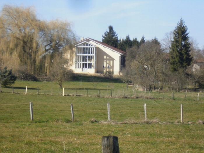 Rénovation d'une ferme avec véranda : la ferme vue de loin